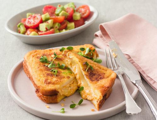 French Toast mit Gouda, Avocado, Chili und Tomaten